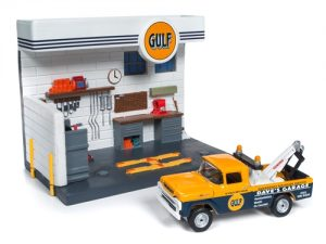 Johnny Lightning Gulf Service Station Diorama w/1959 Ford F250 Tow Truck 1:64 Scale Diecast