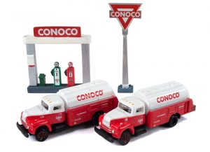 Classic Metal Works IH R-190 Tank Truck (2-Pack) w/Station Sign & Gas Pump Island (Conoco) 1:160 N-scale
