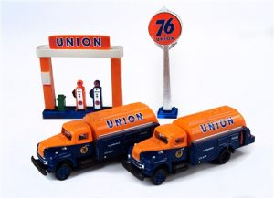 Classic Metal Works IH R-190 Tank Truck (2-Pack) w/Station Sign & Gas Pump Island (Union 76) 1:160 N-scale