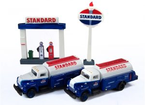 Classic Metal Works IH R-190 Tank Truck (2-Pack) w/Station Sign & Gas Pump Island (Standard) 1:160 N-scale