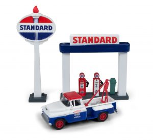 Classic Metal Works 1955 Chevy Tow Truck w/Station Sign & Gas Pump Island (Standard) 1:87 HO Scale