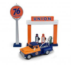 Classic Metal Works 1955 Chevy Tow Truck w/Station Sign & Gas Pump Island (Union 76) 1:87 HO Scale